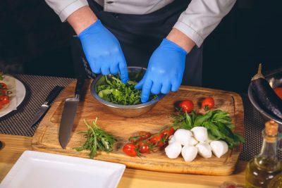 chef-me-gantia-gia-asfaleia-trofimon-apo-ton-koronaio